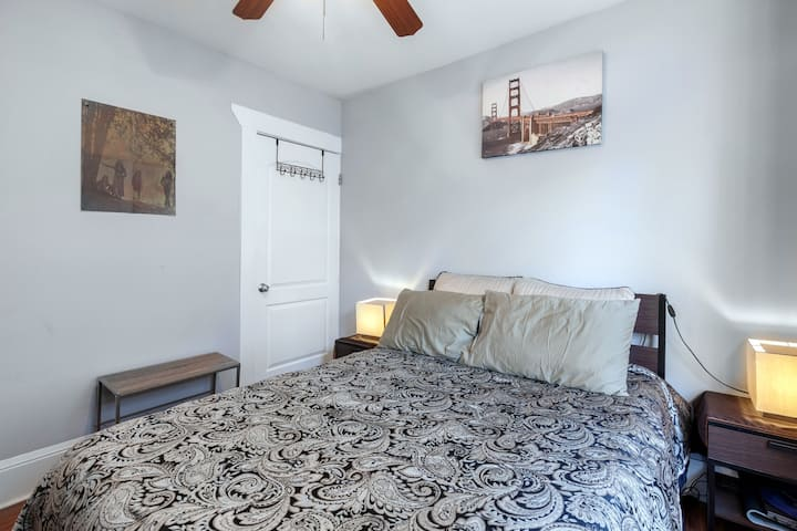 Cosy Bedroom In 2000 sq ft Oakland House