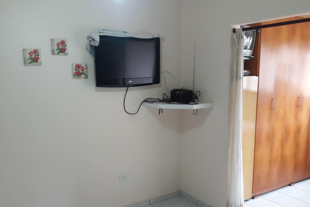 Sala com TV e sofá.