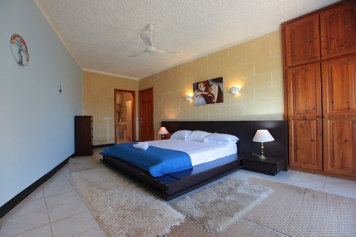 Villa Pedro: Private Queen Bed and view + ensuite