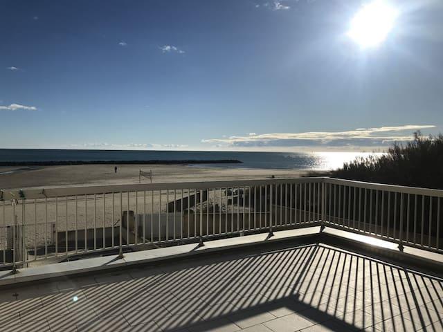 Carnon, 1ère ligne, grande terrasse sur la mer