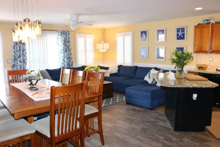Entire renovated condo two blocks from the beach!