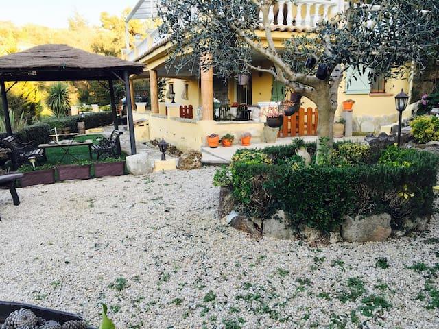 Rez de jardin arboré de plantes - Les Adrets-de-l'Estérel - Huoneisto