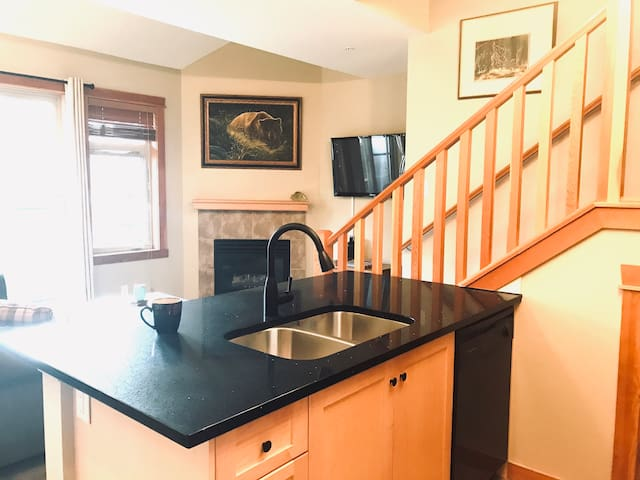 Gorgeous  Canmore Loft, Views, Heated Outdoor Pool