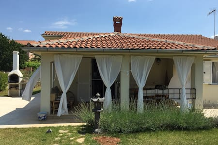 Charming summer house in Istria - Mihatovići - บ้าน