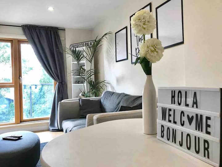 Stylish Apartment, 8 Mins to Olympic Village!