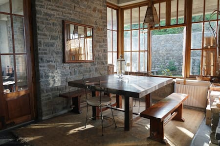 Rustic artists residence on a mountain ridge - Solan