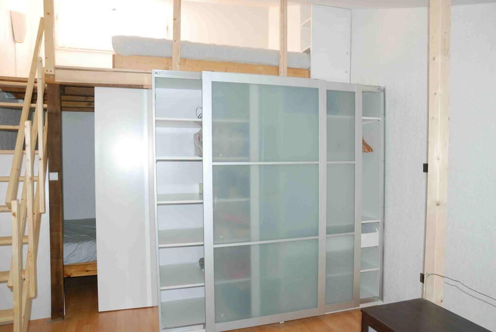 coin chambre, placard, mezzanine avec deux lits simples