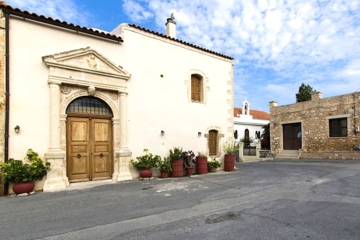 Traditional Villa with unique style, near beach - Amnatos - วิลล่า