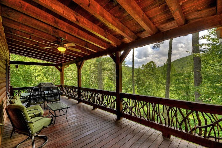 Bearadise - Peaceful setting with hot tub and Mt View