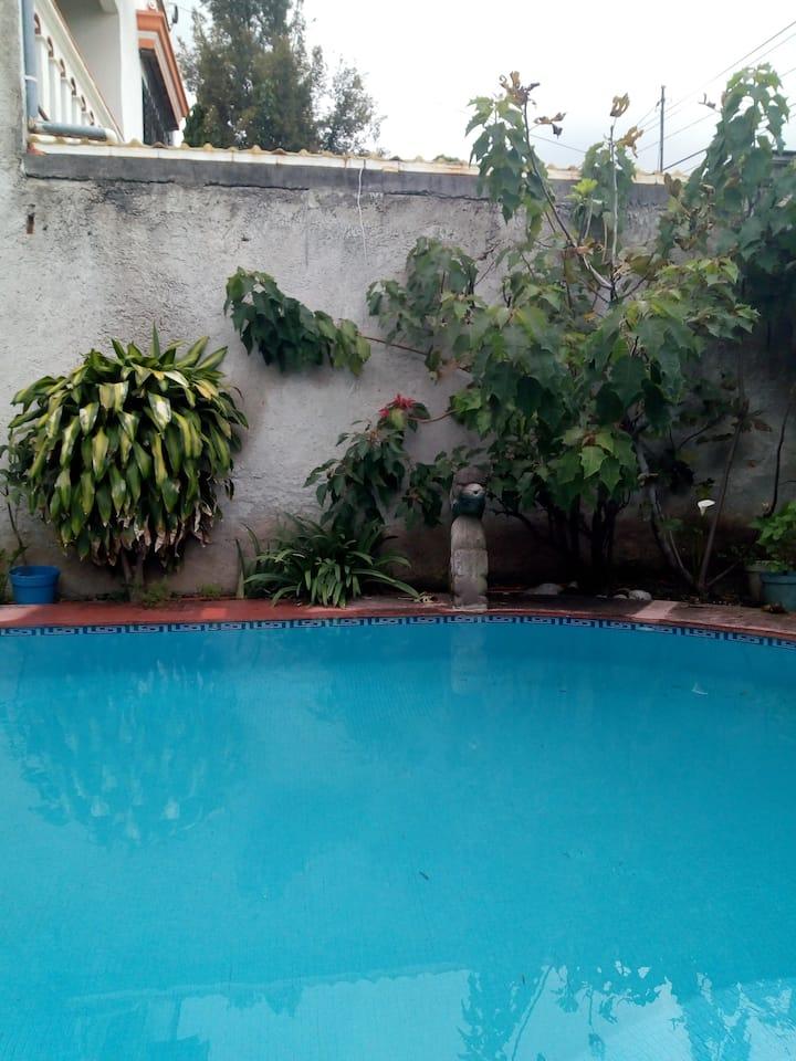 Casa completa con piscina y un pequeño jardín.