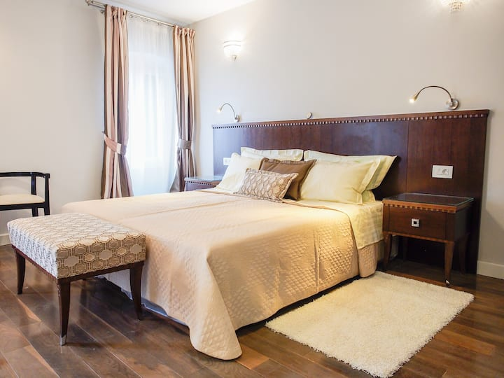 DeVecchi rooms - Brown room