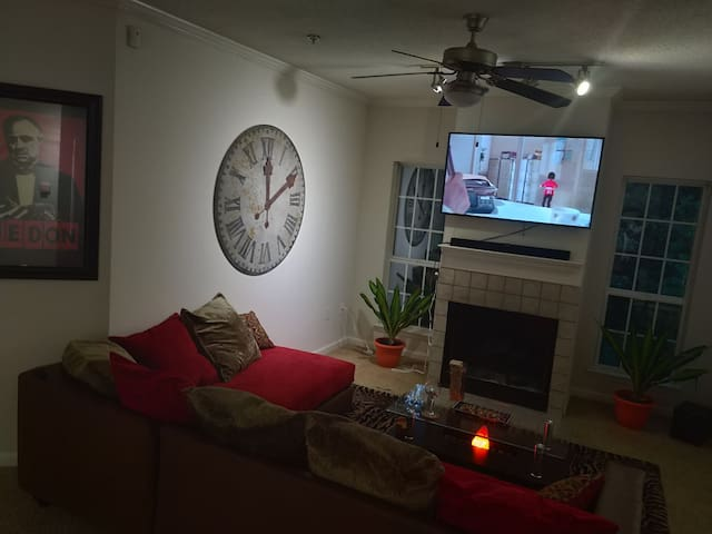 Luxury Bachelor Pad 10 mins from airport