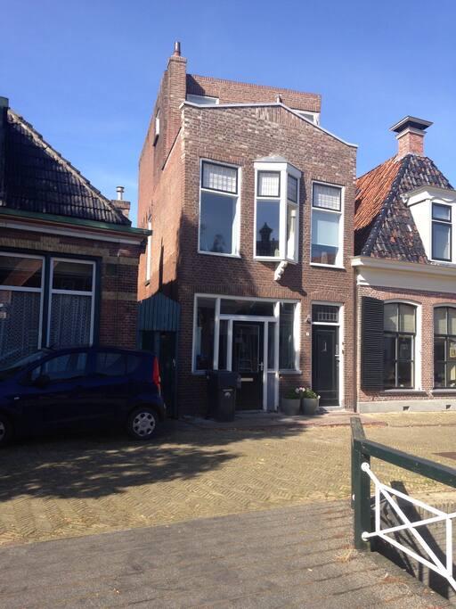 Heerlijk pand in hartje centrum van Franeker. Winkels binnen handbereik op 2min loopafstand.