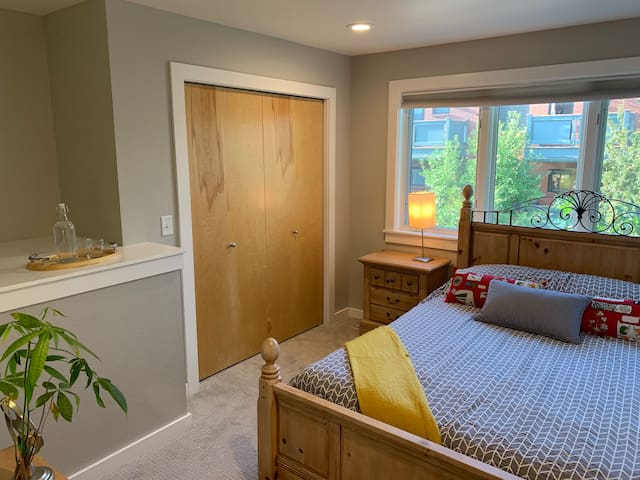 Cozy bedroom+private bath in spacious townhouse