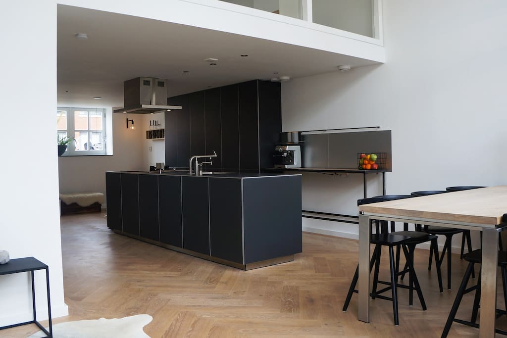 Design living kitchen (Bulthaup) with all facilities (instant hot water quooker, 4 x induction & 1 gas pit, espresso machine, and a large dining table (incl. 2 kids chairs).