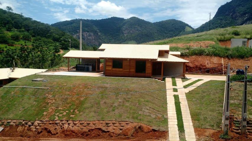 Casa nova, mobiliada, com piscina e churrasqueira