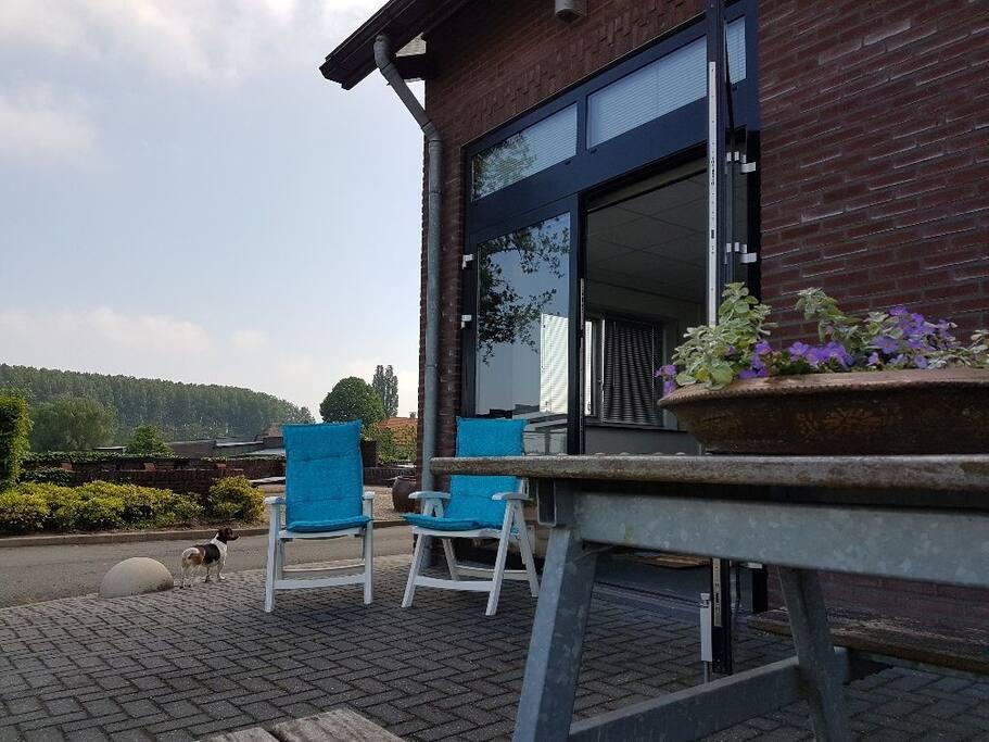 Via de openslaande deuren komt u op het terras met tuinstoelen en een picknicktafel.