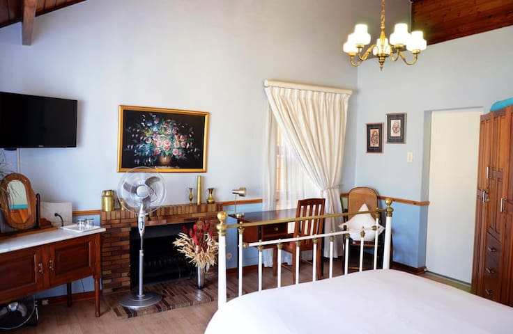 Old Oak Guest House-Double room +space4 single bed