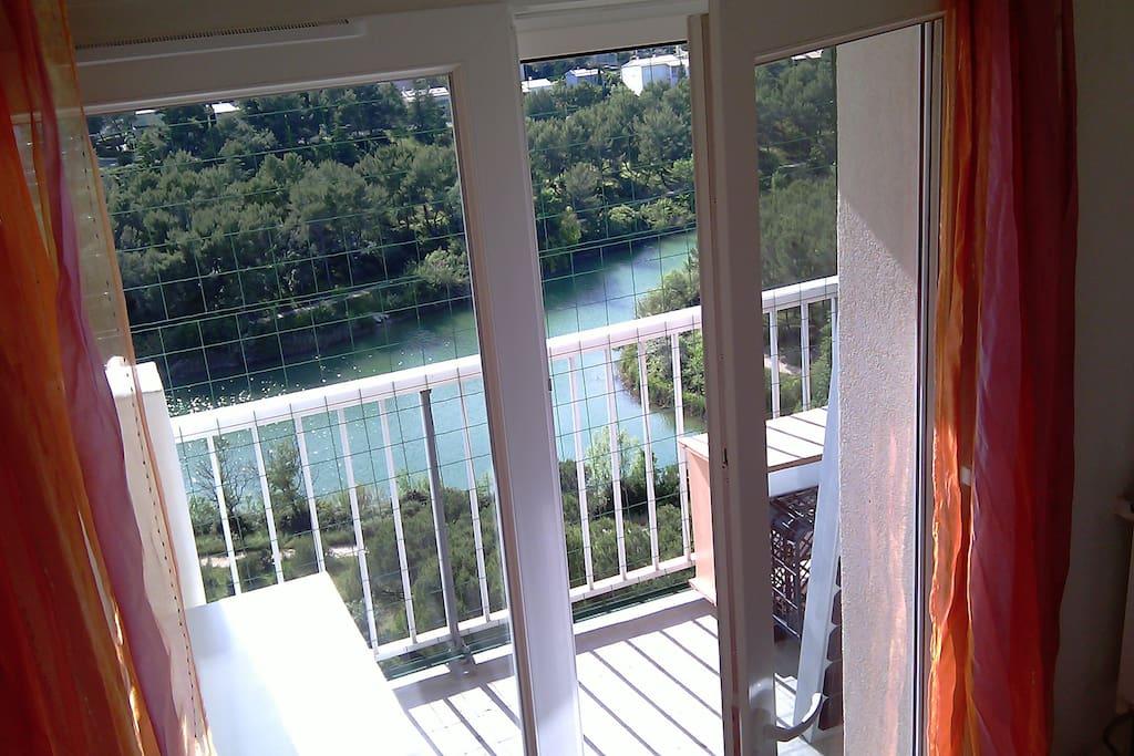 Chambre du Lac (NWest): vue plongeante: baie et balcon/table