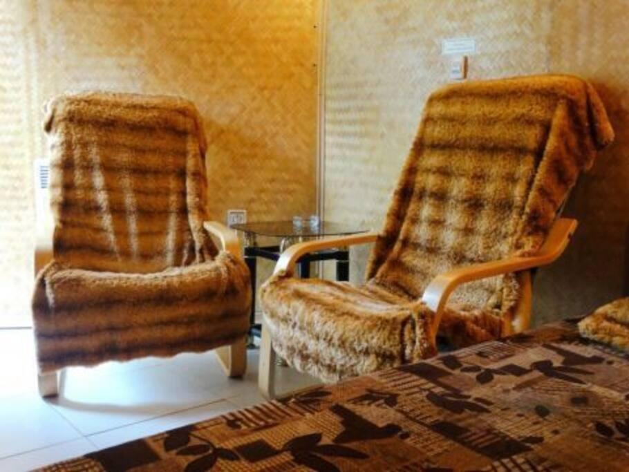 Отдельный номер Амурчик в хостеле Аэлита. В номере 2 кресла, столик.