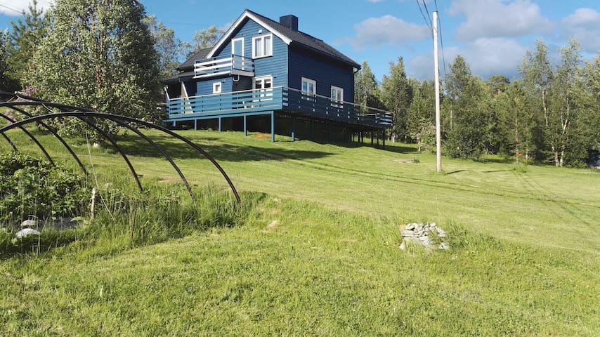 Kvænangen, Hus ved fjorden. Toppelbukt.