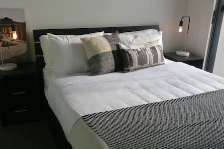 Modern Room with ensuite & balcony - Hurstville