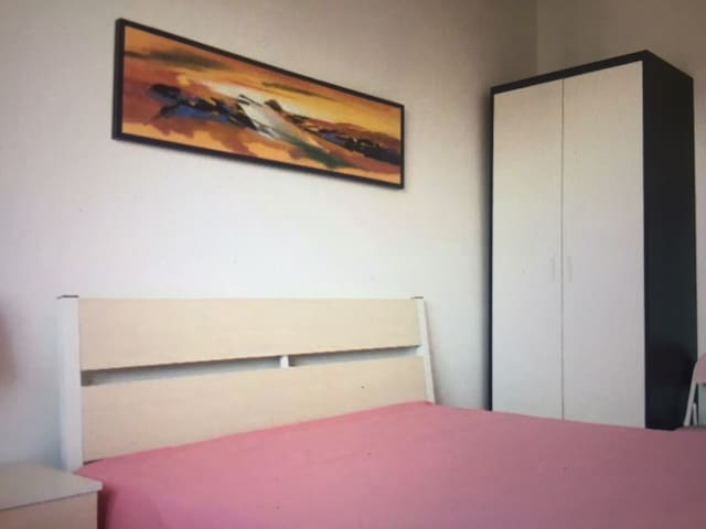 A comfortable bed in the bedroom - Earlville - Departamento