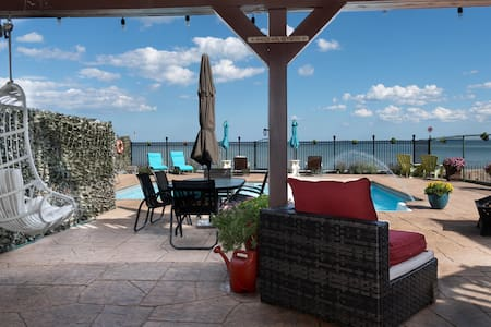Oceanfront Pool. Close to Boston. Free Parking.