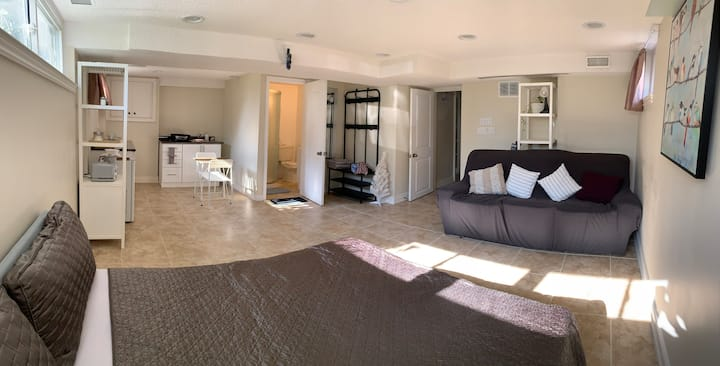 Private studio with en-suite kitchen and washroom