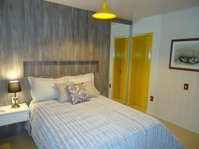 Suite casal, com roupa de cama e banho, closet, ar condicionado e banheira de hidro