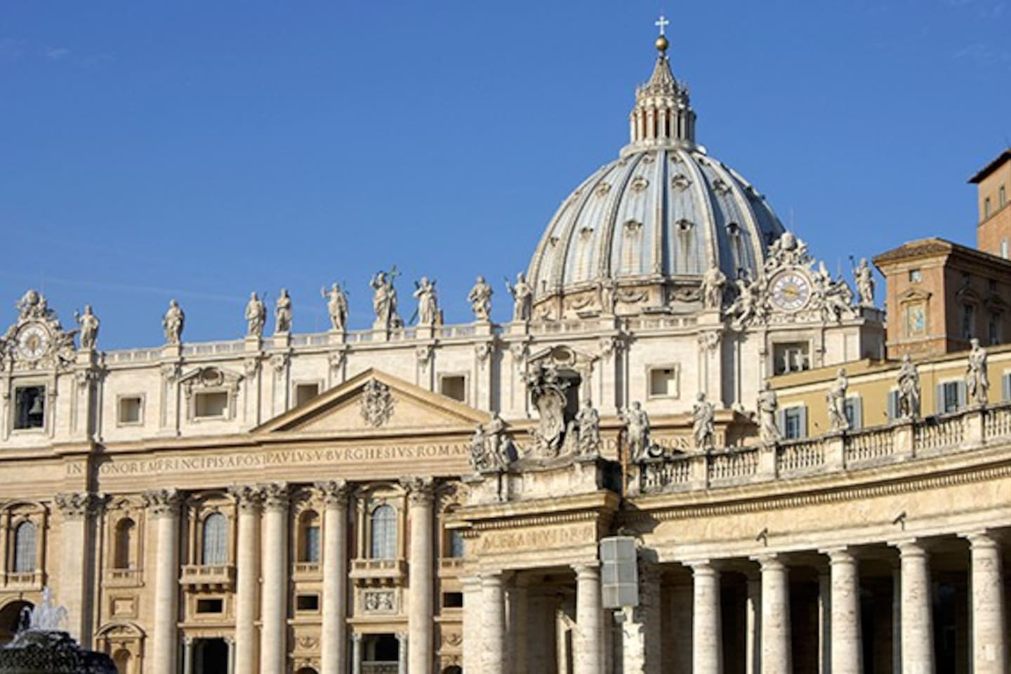 Amazing sunny apartment in Vatican!!! It is situated right in the heart of this religious capital of the world! You don't need any public transport to get to this amazing historical place as you will stay right here! Fully equipped apartment with fantastic veiw to the city!!!