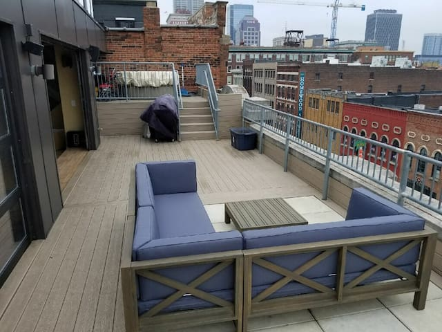 Rooftop King of Clubs Penthouse *Heart of Downtown