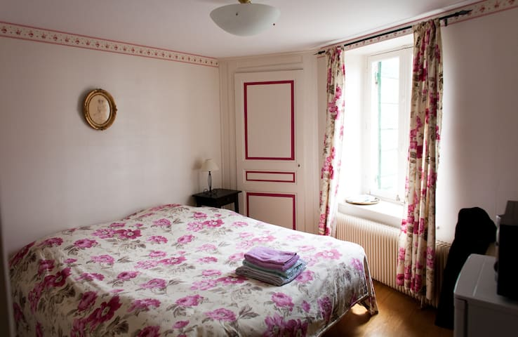 Chambre coquette  avec s d b  privatives - Civrieux - Bed & Breakfast