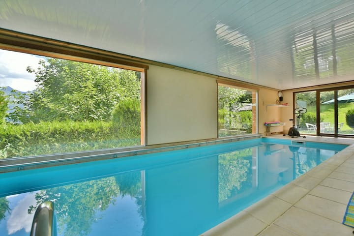 Quiet and cosy 2 bed apt for 4 with stunning views and indoor pool!