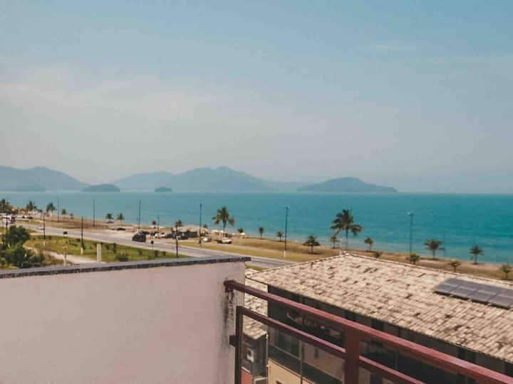 Apartamento com piscina e vista para o mar.