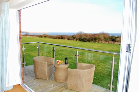 4-bed cottage, stunning sea views, beach/pool/wifi
