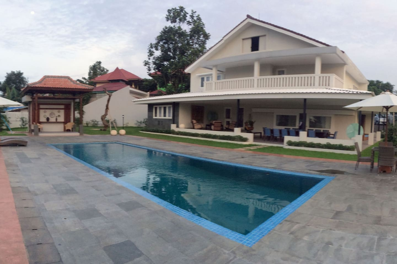 Teras dan halaman yang luas dengan fasilitas kolam renang
