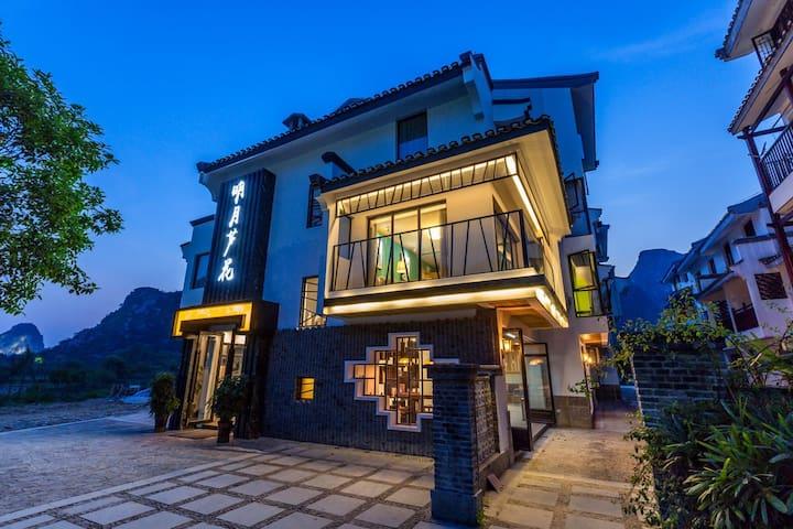 观景大床、双人间坐落在美丽的桃花江边,依山畔水,有各种美食跟特色餐厅 - Guilin - Casa de campo