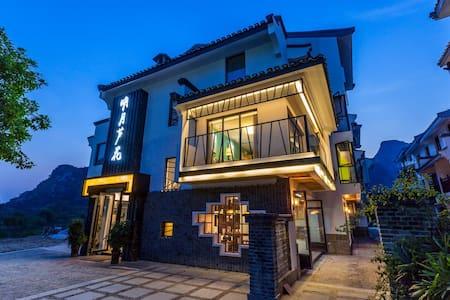 观景大床、双人间坐落在美丽的桃花江边,依山畔水,有各种美食跟特色餐厅 - Guilin - Villa