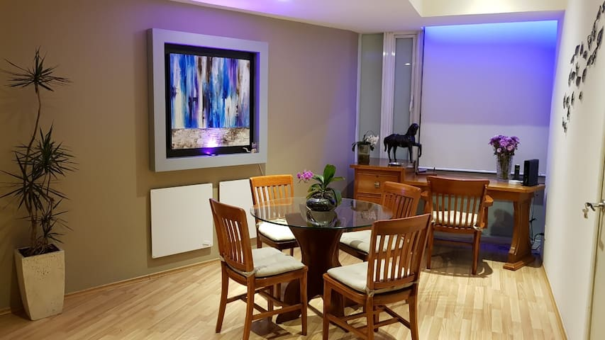 Comedor y zona de trabajo con luz y sonido ambiental inteligente.