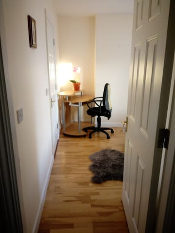 LOVELY DOUBLE EN SUITE ROOM WITH PARKING