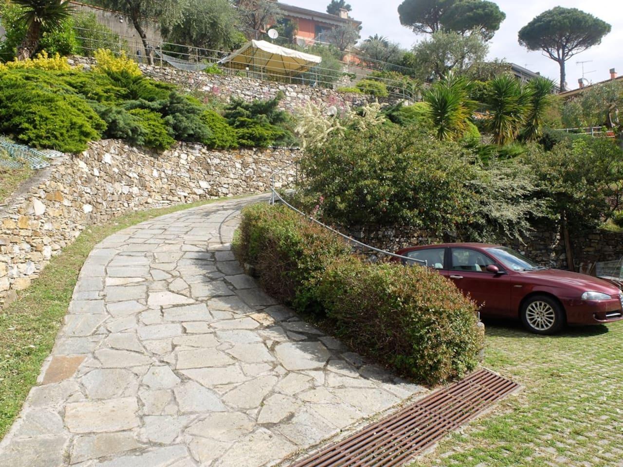 Il parcheggio interno alla proprietà e l'inizio del viale privato che porta alla casa