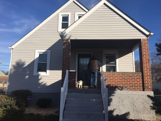 Happy home in quaint neighborhood - Baltimore - Casa