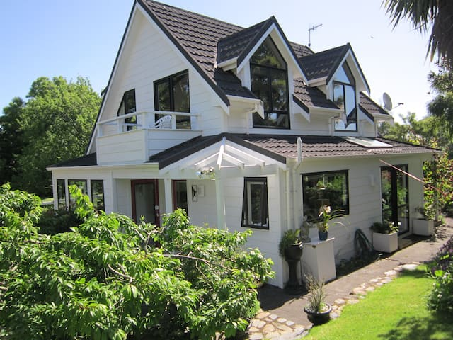 Kapiti  home  with garden setting - Wellington - Rumah