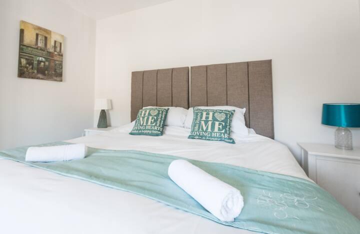 Newlyn House - Kingsize/Twin Bedroom