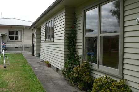 Self Contained Flat with lounge - Feilding - 公寓