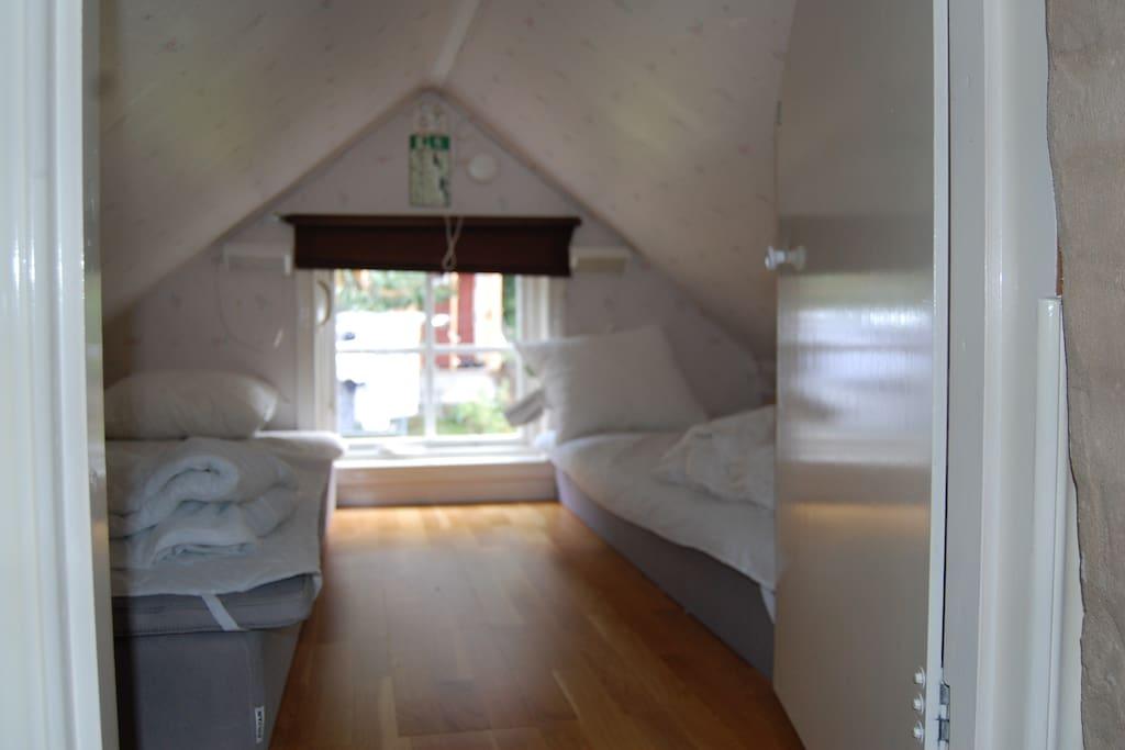 Sovloft med lågt tak.