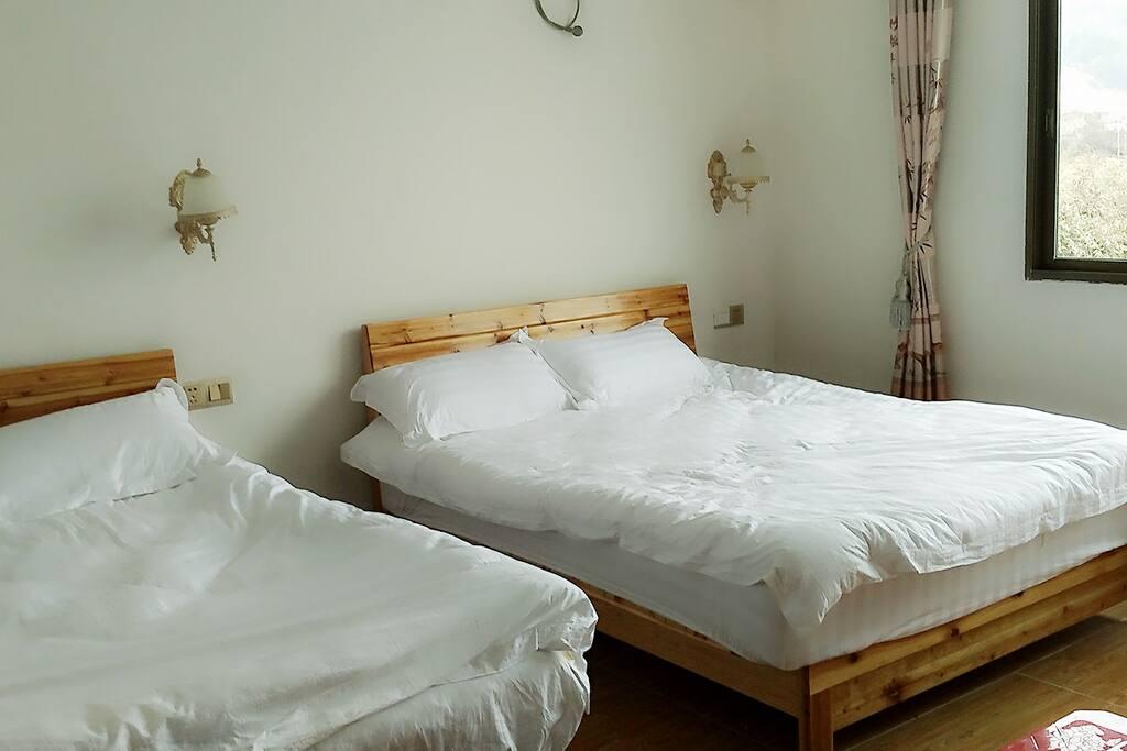 标准双人大床房,窗外景区非常漂亮