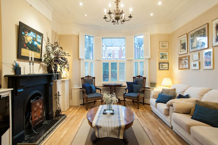 Up to 20% off! 2 bed 2 bath house, Queen's Park - London - Rumah