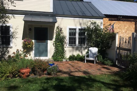 Open, airy room in a renovated 1792 farm house - Andover - Dom